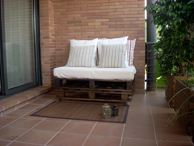 C mo hacer muebles de madera con palets madera tarimas - Como hacer un sofa con palets ...